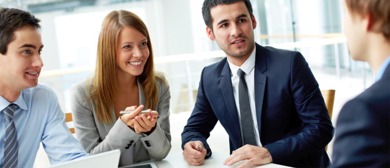 Bewerbungsgespräch mit Bewerber und drei Recruitern